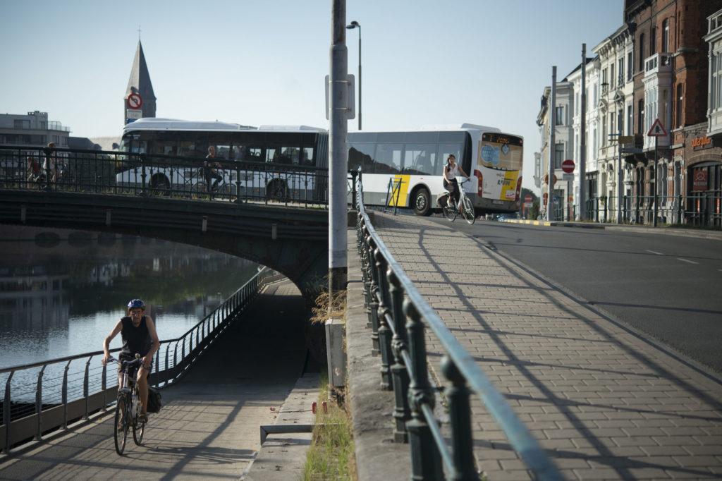 Cyclistes et bus dans les rues de Gand. © Copyright Stad Gent - photographe : Robin De Mol