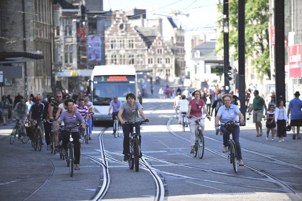Piétons, cyclistes, bus et tramway dans une des rues de Gand. © Copyright Stad Gent - photographe : Patrick Henry.