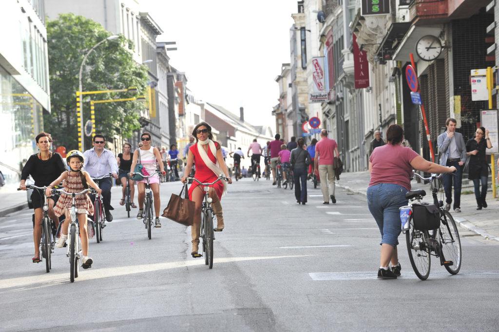 Cyclistes et piétons dans une rue de Gand. © Copyright Stad Gent - photographe : Patrick Henry.