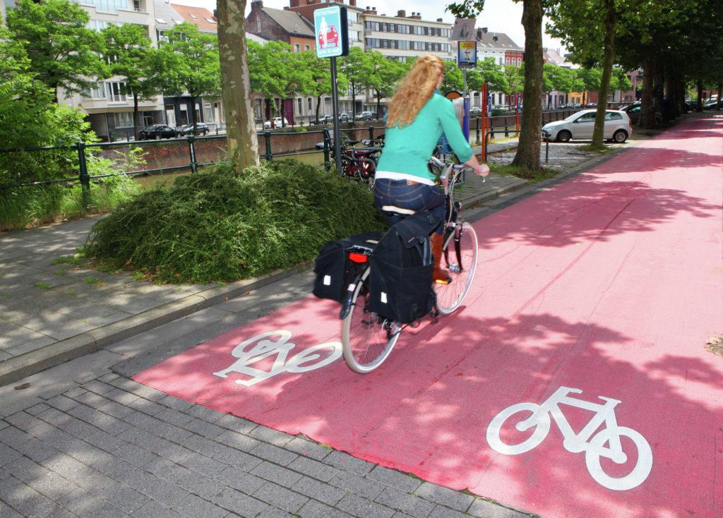 """Une « rue à vivre » (Leeftstraat, en néerlandais) à Gand. En France, le terme """"vélorue"""" semble s'être imposé. © Layla Aerts"""