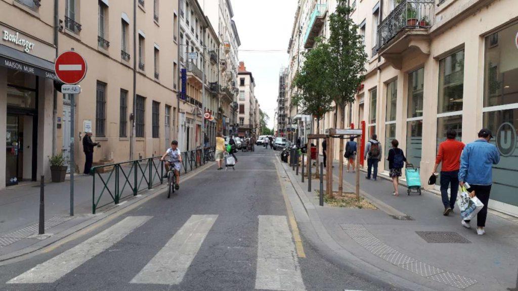 File d'attente de piétons dans une rue pendant le confinement. Source : Cerema, 2020.