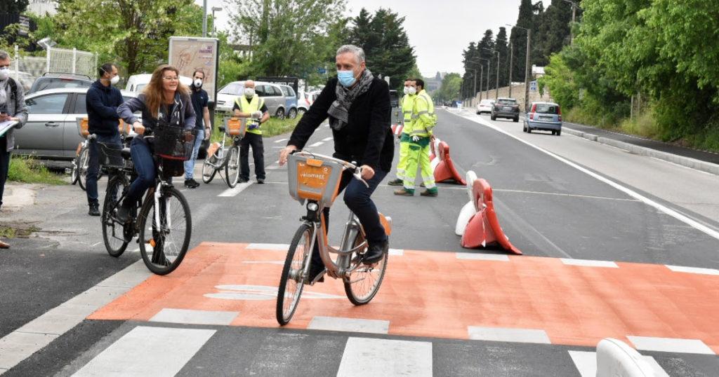 Le maire de Montpellier inaugure la première piste cyclable temporaire de France, avril 2020.