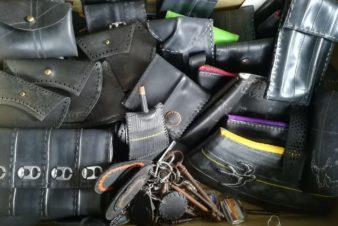 Porte-monnaie, porte-clés, porte-carte bancaire, pochette pour papiers d'identité-cartes grise..., trousses, poche à téléphone portable, petits sacs. Tout est fait main et qu'avec de la récup. @L'Increvable