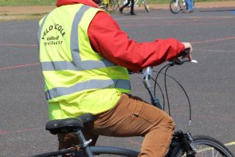 Fabien Frugier, éducateur mobilité à vélo et chargé de développement du Collectif Cycliste 37, lors d'un cours de vélo-école pour adultes, 2019.
