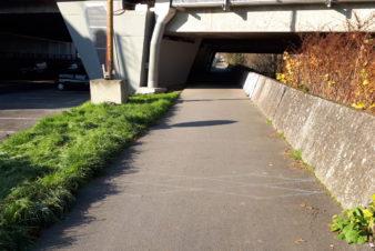 Compteur vélo sur l'itinéraire Loire à vélo et vue sur le pont de l'autoroute A10 à Saint-Pierre-des-Corps.