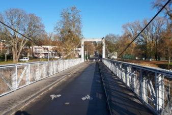 """Au-dessus de la Loire, à Tours, le pont suspendu de Saint-Symphorien, appelé couramment """"pont de fil"""" par les Tourangeaux."""