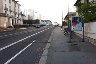 Compteur par tubes pneumatiques sur la nouvelle piste cyclable bidirectionnelle devant la bibliothèque municipale centrale à Tours, 2020.