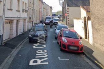 Rappel: le CC37 est défavorable au stationnement en chicane comme système réducteur de vitesse. Ici, rue Christophe Colomb, Tours, quartier Beaujardin.