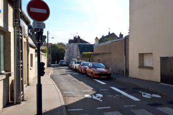 La largeur de la chaussée, ce n'est un « problème » que si le trafic automobile est important et soutenu... Il faut surtout s'assurer qu'il y ait suffisamment de refuges pour permettre les croisements !