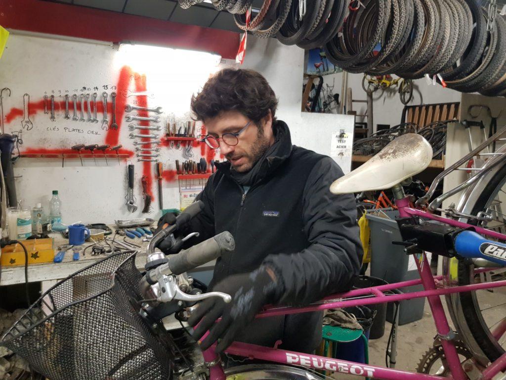 Pierre Boscredon, mécanicien cycles au sein du Collectif Cycliste 37