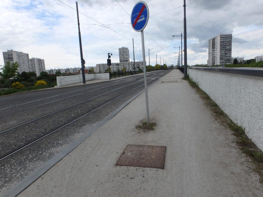 Tours, Deux-Lions : voie verte réalisée en falun. Très rapidement, les plaques d'accès aux réseaux apparaissent... un danger pour les cyclistes @Collectif Cycliste 37