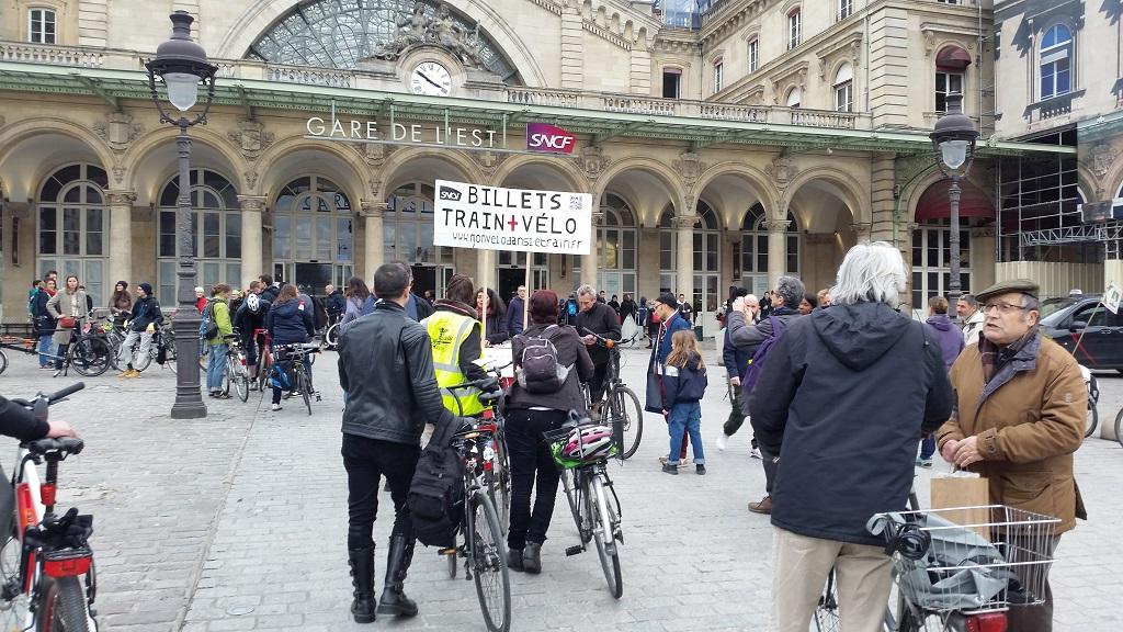 Action du 2 mars 2019 à la gare de l'Est : vente de billets pour embarquer les vélos non démontés dans les trains. Source : CycloTransEurope, 2021.