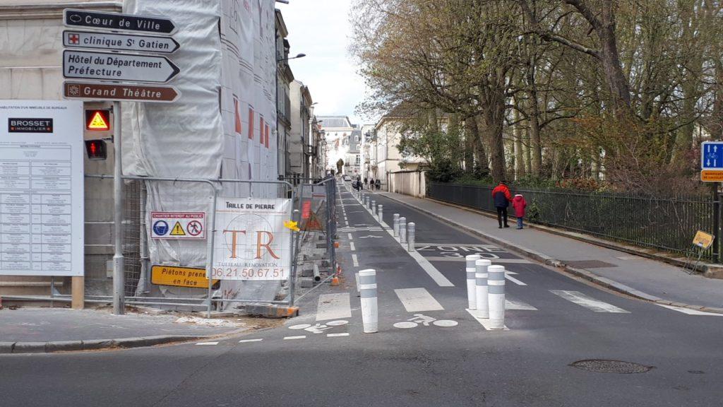 La nouvelle piste cyclable de la rue Buffon entravée par des travaux (CC37 - mars 2021)