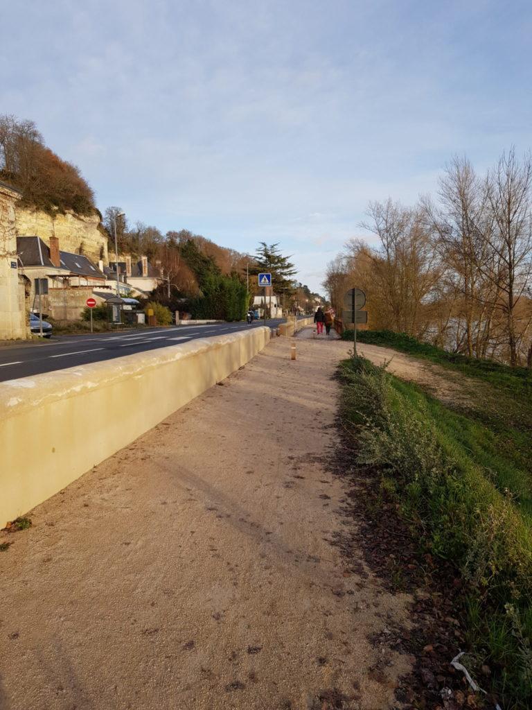 La voie verte à Rochecorbon se situe en surplomb de la Loire, sur un linéaire de 1365ml, le long de la Rd952, en rive droite entre les lieux dits St Roch et Les Pâtis. Les aménageurs ont fait le choix du stabilisé. @CC37, 2020.
