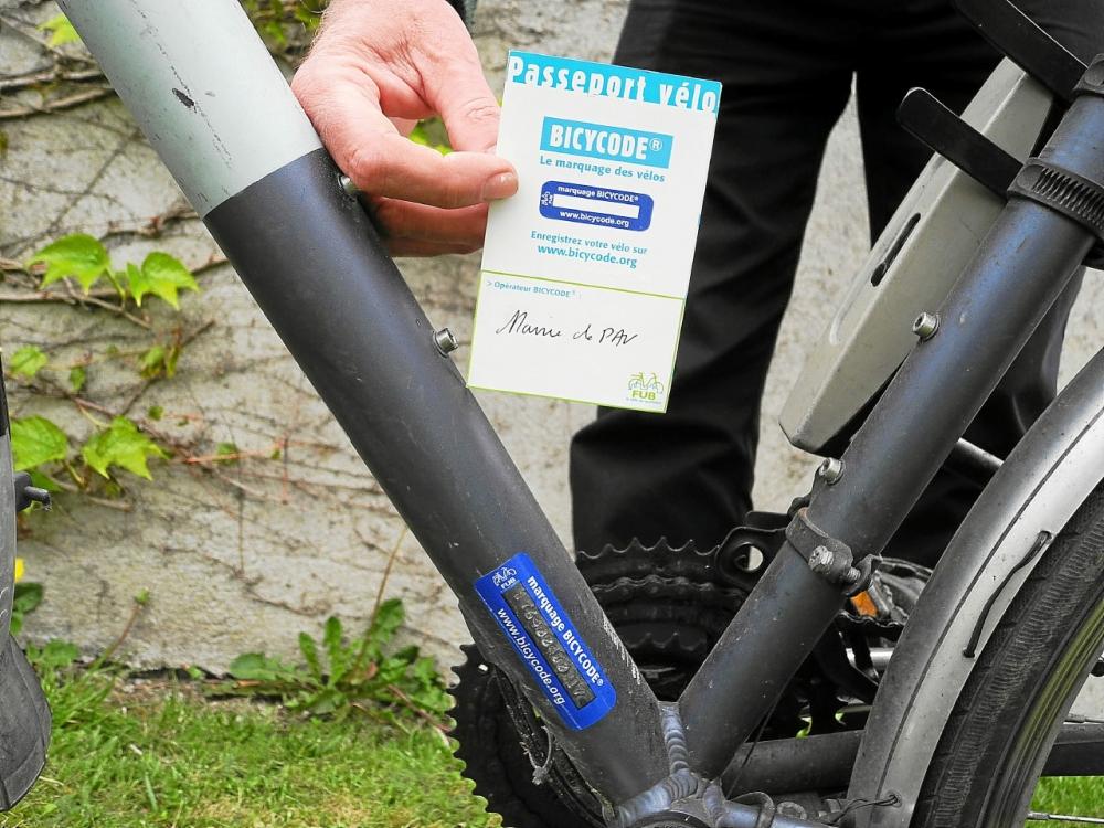 """Le marquage Bicycode et le """"passeport vélo"""", sorte de carte d'identité du vélo."""