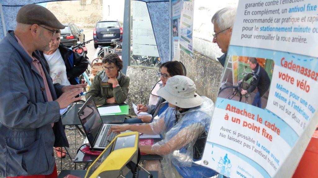 """Xavier, responsable de la commission """"Bicycode"""" du Collectif Cycliste 37, le samedi 3 juillet 2021 à Beaulieu-lès-Loches, à l'occasion de l'animation « Je protège mon vélo » proposée par l'Antenne Loches Sud Touraine du Collectif Cycliste 37, en partenariat avec la commune de Beaulieu-lès-Loches."""