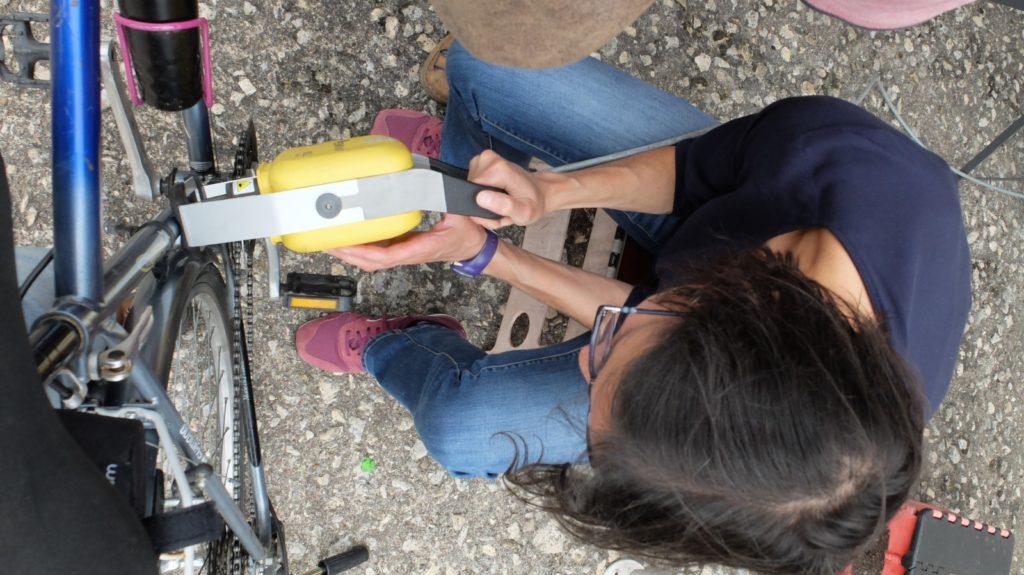 Une bénévole à l'œuvre avec en main la marqueuse du Collectif Cycliste 37 le samedi 3 juillet 2021 à Beaulieu-lès-Loches, à l'occasion de l'animation « Je protège mon vélo » proposée par l'Antenne Loches Sud Touraine du Collectif Cycliste 37, en partenariat avec la commune de Beaulieu-lès-Loches.