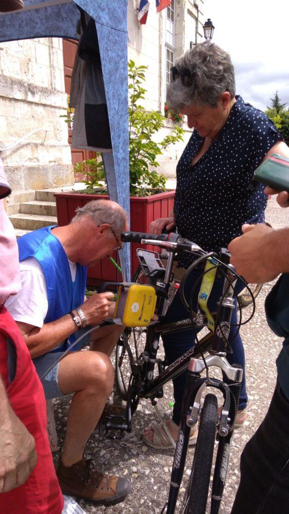 Bruno, bénévole à l'œuvre en train de marquer un des vélos de Madame SOphie Métadier le samedi 3 juillet 2021 à Beaulieu-lès-Loches, à l'occasion de l'animation « Je protège mon vélo » proposée par l'Antenne Loches Sud Touraine du Collectif Cycliste 37, en partenariat avec la commune de Beaulieu-lès-Loches.