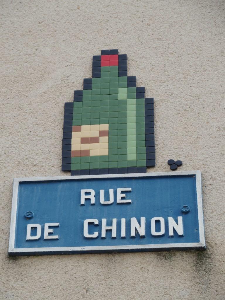 Plaque d'une rue de Tours illustrée par le mosaïste MifaMosa. @Photo : CC37.