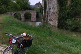 Sur les rives du Brignon, Paulmy avec le superbe château du Châtelier (forteresse féodale du 12ème siècle entouré de douves en très bon état), le majestueux chêne tauzin, et à la sortie du village le dolmen de la Pierre Chaude. @Photo : CC37