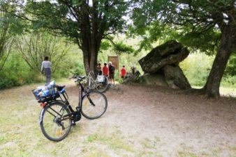 A la sortie du village de Paulmy, le dolmen de la Pierre Chaude. @Photo : CC37